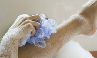 ΠΡΟΣΟΧΗ – Δείτε γιατί δεν πρέπει ΠΟΤΕ ξανά να κάνετε μπάνιο με αυτό το ΣΦΟΥΓΓΑΡΙ…