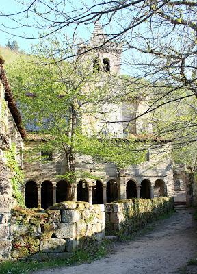 Claustro y torre de campanario del monasterio de Sta. Cristina de Ribas del Sil en Ribera Sacra, Orense