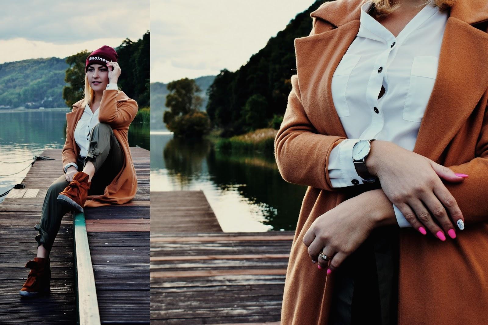 Karmelowy płaszcz na jesień
