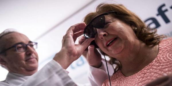 Mujer ciega consigue ver formas y colores con ojo biónico