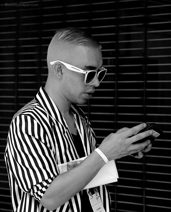 como-una-aparición-street-style-men-style-Black-&-white-haircut-hairstyle-stripes-summer-sunglasses-accessories-moda-en-la-calle-street-looks-colombian-bloggers