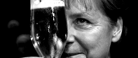 Mio ritocco in bianco e nero (luminosità -10, contrasto +40 circa) di una foto in cui Angela Merkel, cancelliere tedesco, brinda con un bicchiere di birra. Leggi sotto per saperne di più! ;) (Foto: Thomas Peter / Reuters)