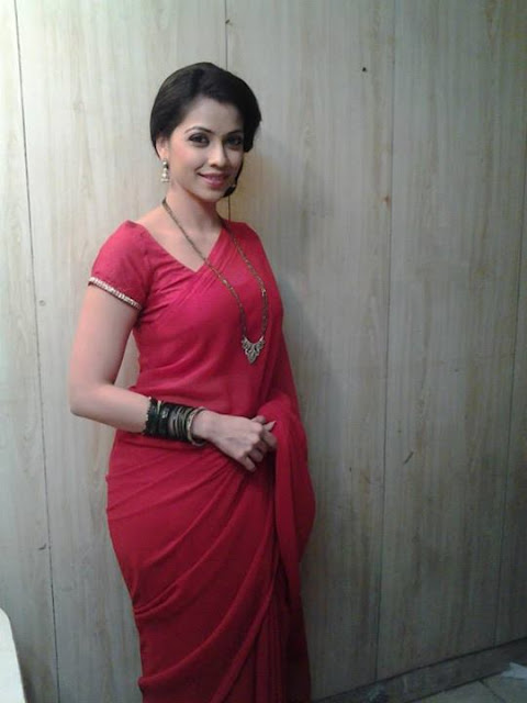 gorgeous-indian-bhabhi-in-red-hot-sari