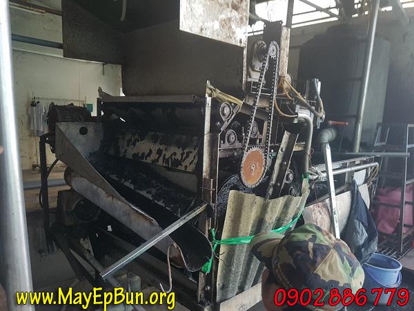 Máy ép bùn băng tải cũ kỹ và bị mất nhiều chi tiết bảo vệ thân máy, gây thiếu an toàn khi làm việc