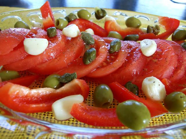 Sałatka pomidorowa z kaparami i oliwkami