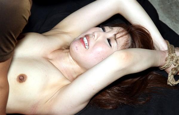 Ảnh gái nứng chảy nước bị hiếp dâm cực nứng