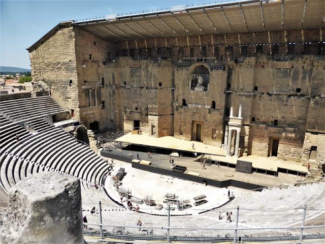 Vista lateral donde se aprecia cómo es la estructura arquitectónica del Teatro Romano de Orange