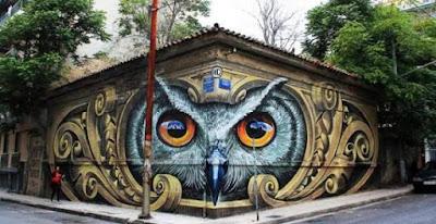 Το εντυπωσιακό γκράφιτι που έδωσε χρώμα σε κτίριο «φάντασμα» στο Μεταξουργείο