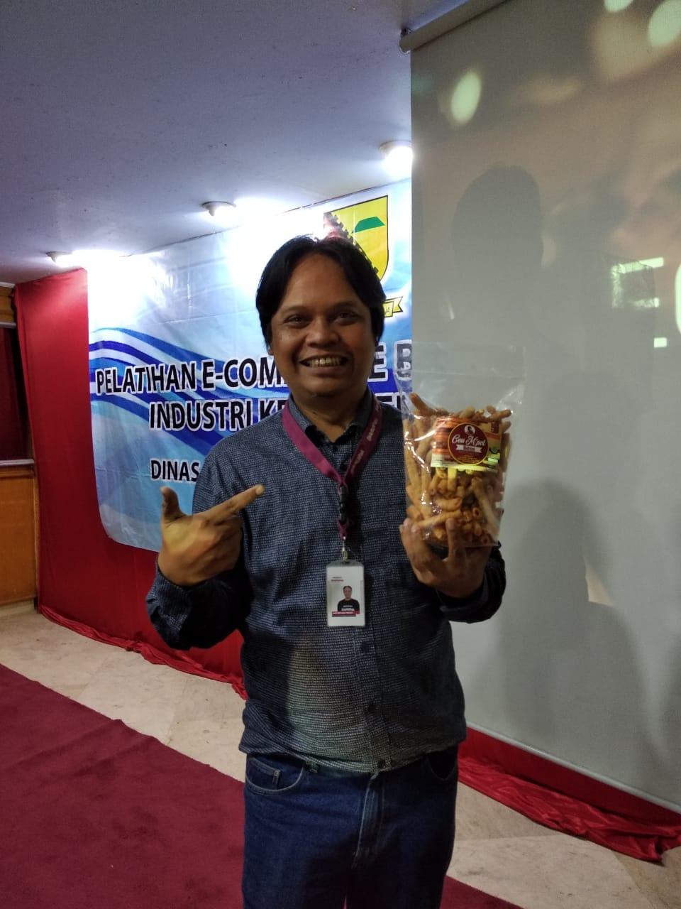 adetruna memegang produk cemilan ukm kabupaten bandung kerupuk baksus Ceu M'pot