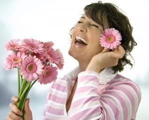 imagne dia de la primavera+mujer sonriendo+flores