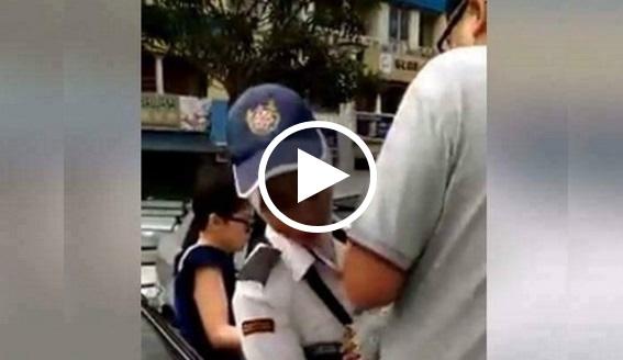 [VIDEO] Tolong Viralkan!! Inilah Wajah Dan Maklumat Lelaki Cina Halang Dan Cabul Penguatkuasa Wanita Melayu