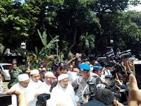 Habib Rizieq Keluar dari Polda Disambut Shalawat Ribuan Orang