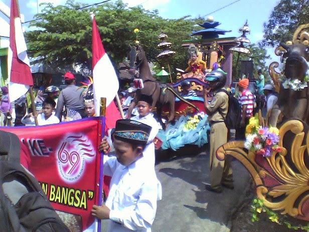 Foto SDN Saringembat 1 kereta nyi roro kidul pada Festival Karnaval Kecamatan Singgahan Tuban 2014
