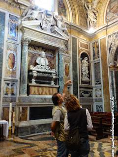 Admirando os mármores da Capela Caetani de Santa Pudenciana