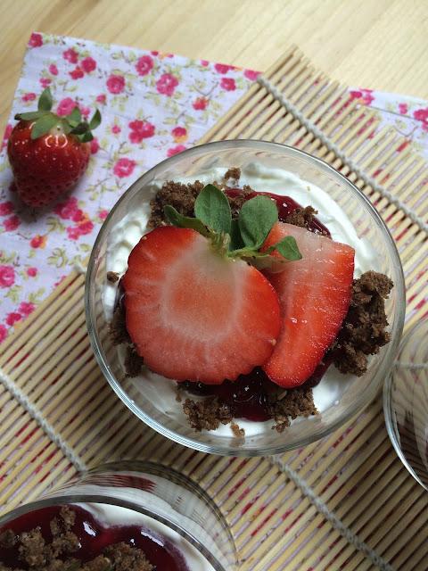 vasitos de nata y arándanos trifle receta