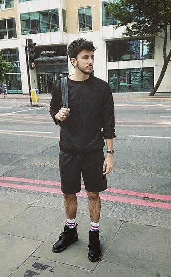 Look masculino all black com meias longas listradas