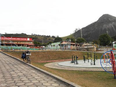A EEEFM Ecoporanga e a Pedra da Igrejinha. Foto Gilson Soares, 2014.