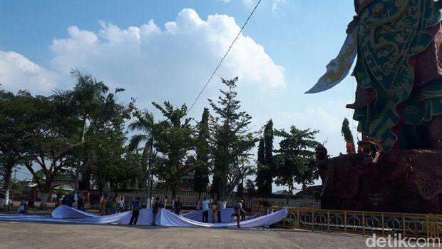 kain2 - Patung Raksasa di Kelenteng Tuban Ditutup Kain Putih