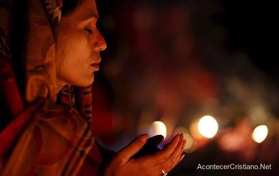 Mujer practica idolatría en la India