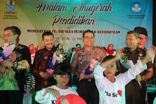 Kapolres Cirebon Kota Menerima Penghargaan Di Malam Puncak Hari Pendidikan Nasional
