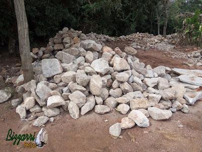 Pedra para parede de pedra, com pedra moledo, nesse tom de cor de pedra acinzentado, pedras com tamanhos variados. Pedra apropriadas para construção de paredes de pedra tipo duas faces.