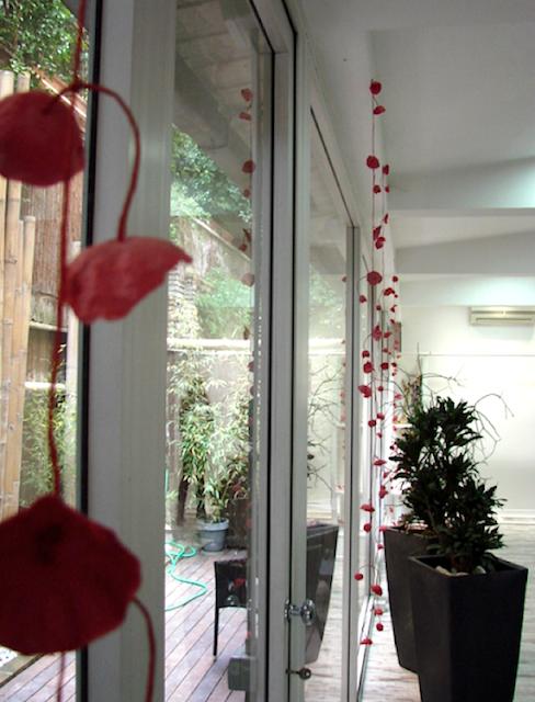 Natale: ghirlande e allestimenti di fiori di carta per vetrine , negozi.
