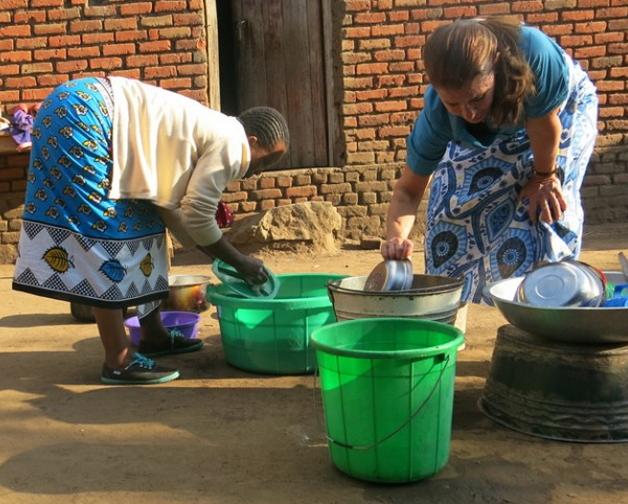 melinda gates washing dirty dishes