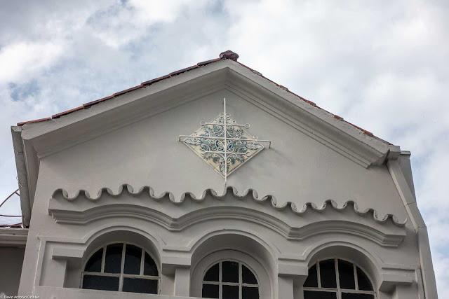 Casa com ornamento de ferro e azulejo decorado na Lourenço Pinto - detalhe
