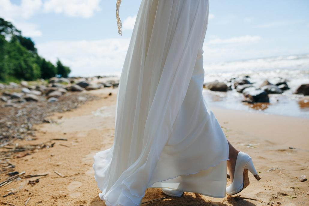kāzu kleita vējā vidzemes pludmale