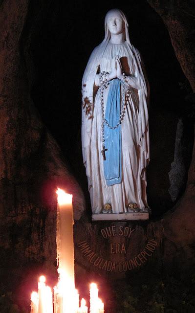 Nossa Senhora de Lourdes na sua gruta de Massabielle, França