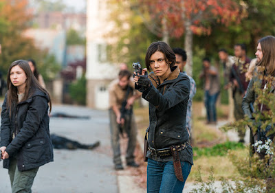 "Enid (Katelyn Nacon), Maggie Greene (Lauren Cohan) e Paul ""Jesus"" Monroe (Tom Payne) nell'episodio 16"