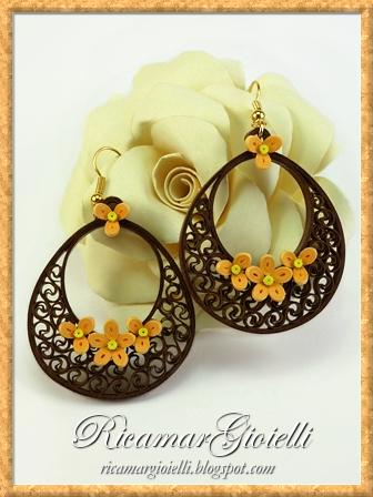 Orecchini di carta realizzati in quilling a forma di goccia e decorati con fiori a 3 e 5 petali