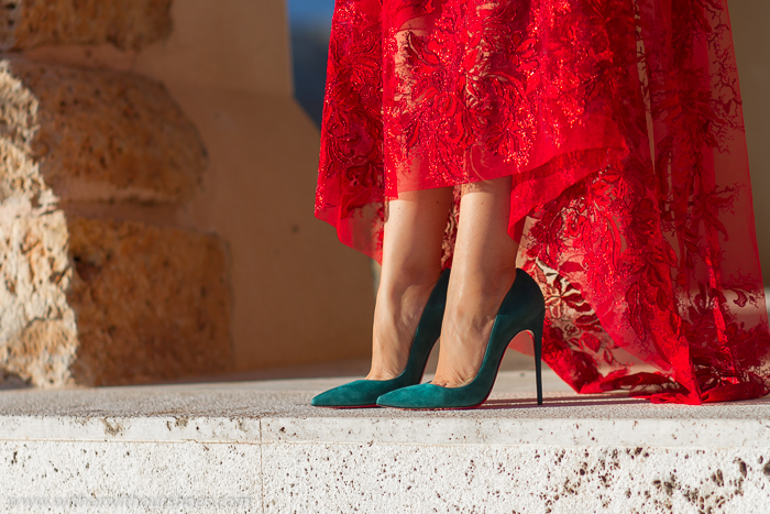 BLogger influencer con estilo calzando sus zapatos Christian Louboutin favoritos