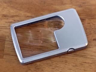 クレジットカードサイズの携帯用LEDライト付ポケットルーペ 3倍&6倍