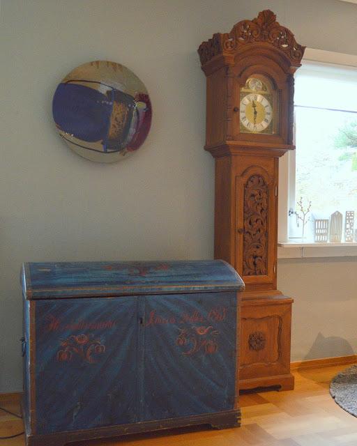 Tidløst design i interiøret. Antikk gulvur og kiste preger interiøret. Furulunden