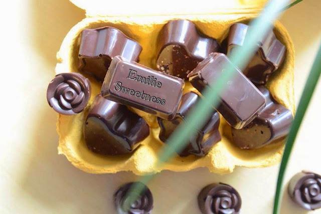 Chocolats noirs ou blancs fourrés au lemon curd, à la noix de coco ou au chocolat amandes avec ou sans des amandes et noisettes entieres