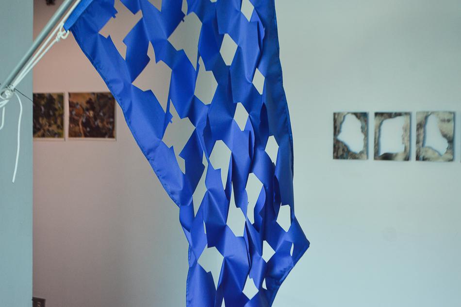 Detalle de la bandera con los cortes en la tela