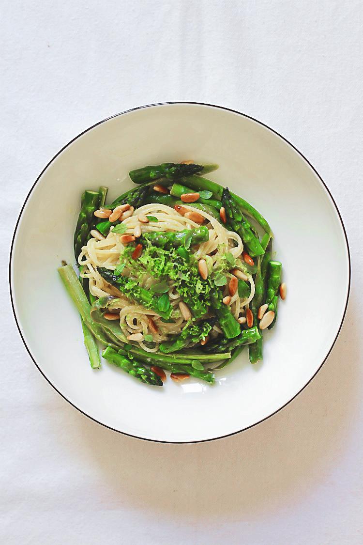 Spaghetti mit Grünem Spargel, Limette, Ricotta, Thymian und gerösteten Pinienkernen | Arthurs Tochter kocht. Der Blog für Food, Wine, Travel & Love von Astrid Paul