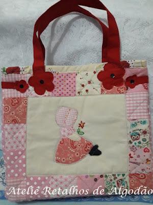 Bolsa de patchwork com aplicacação e bordado de bonequinha camponesa