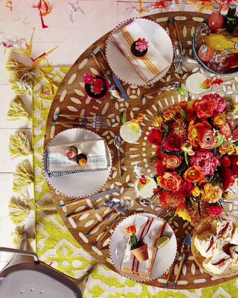 Chic Mexican Inspired Tablescapes for Your Fiesta - via BirdsParty.com