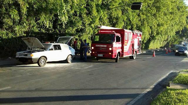 Carro pega fogo na Avenida Washington Luis
