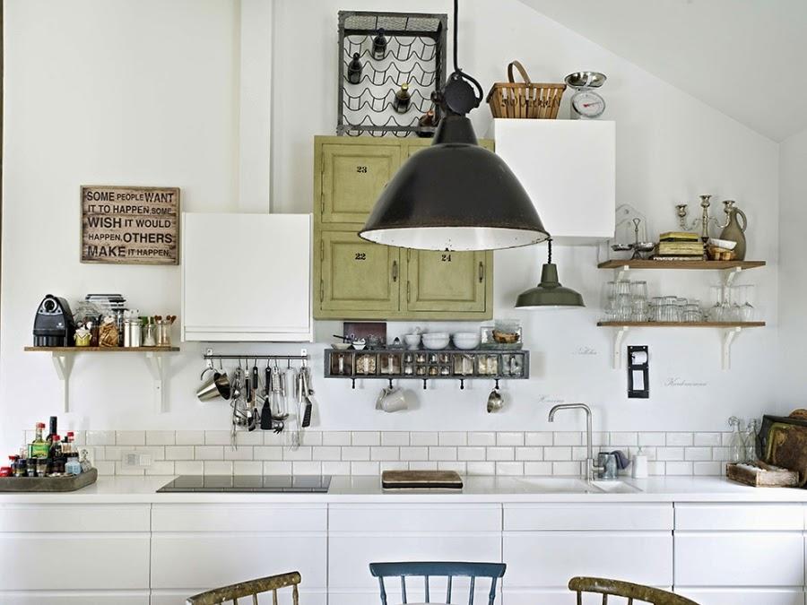 Mieszkanie w skandynawskim stylu z dodatkami vintage, wystrój wnętrz, wnętrza, urządzanie domu, dekoracje wnętrz, aranżacja wnętrz, inspiracje wnętrz,interior design , dom i wnętrze, aranżacja mieszkania, modne wnętrza, białe wnętrza, styl skandynawski, vintage, starocia, kuchnia, lampa, vintage
