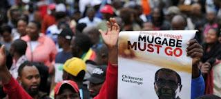 des milliers de personnes manifestent contre Robert Mugabe