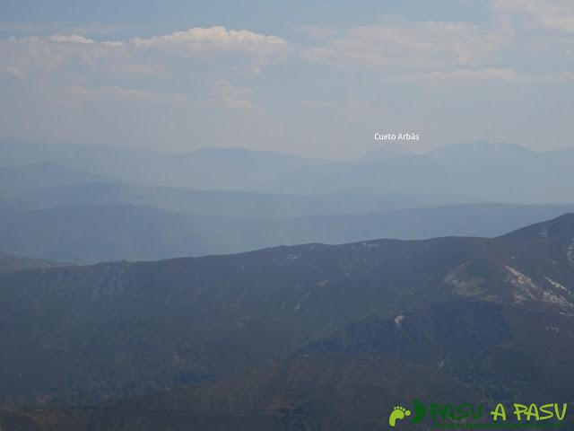Vista del Cuetu Arbás desde el Pico cervero