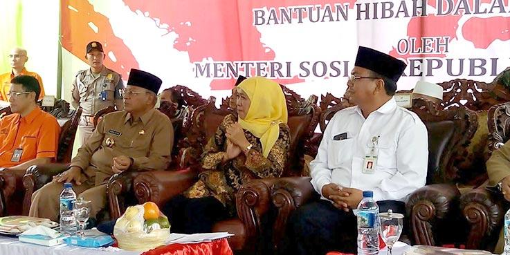 Mensos Khofifah Indar Parawansa didampingi Bupati Malang, Dr H Rendra Kresna dalam acara penyerahan Bantuan Sosial (Bansos) untuk Kabupaten Malang.