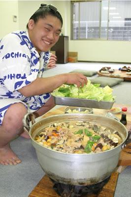 Luchador de sumo cocinando