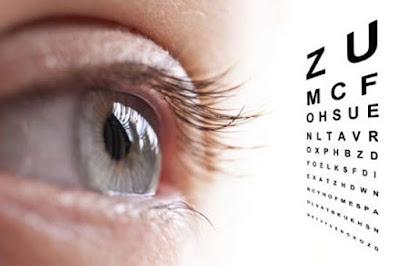 Daun kelor direkomendasikan sebagai pengobatan mata minus di dalamnya kaya akan kandungan vitamin A. Seperti kita ketahui, vitamin a ini sangat bermanfaat untuk mata.  Berikut khasiat vitamin A untuk kesehatan mata :      Membantu metabolisme hampir semua sel yang ada di mata sehingga sel akan selalu berada dalam kondisi yang sehat. Dengan asupan vitamin A yang cukup, maka kesehatan mata akan tetap terjaga     Memiliki kemampuan menangkap cahaya dan objek apapun yang diterima oleh rertina menuju saraf otak untuk kemudian di visualisasikan secara akurat dan tepat     Membantu menyalurkan objek yang diterima oleh retina mata ke otak, dalam bentuk sebuah gambar     Melindungi dan meningkatkan kualitas organ mata dalam melihat     Menjaga kelembaban mata dan meningkatkan penglihatan pada malam hari