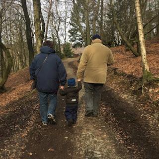 Christkind mit Großeltern im Wildpark