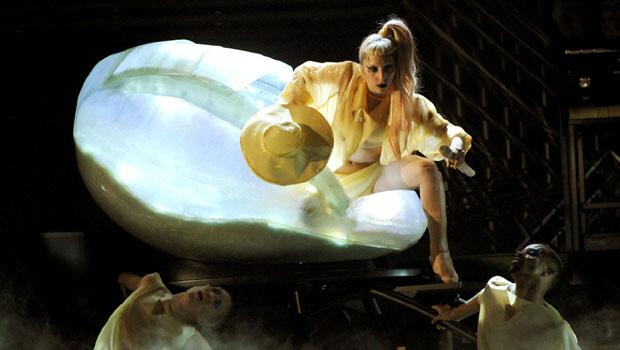 Lady Gaga interpretando Born This Wat en la gala 2011 de los Grammys