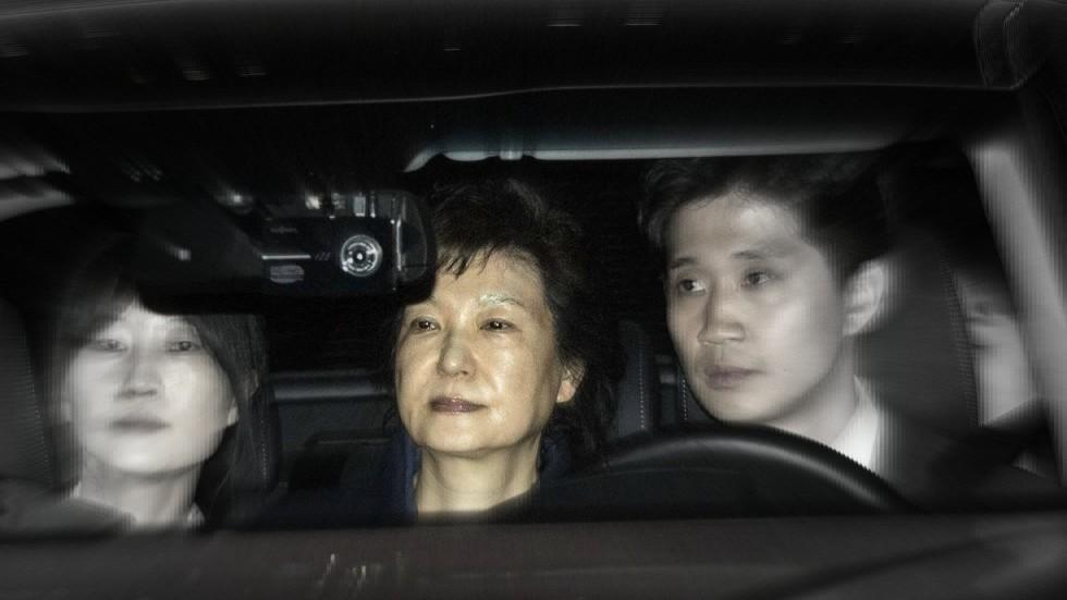 La expresidenta Park Geun-hye es llevada a un centro de detención